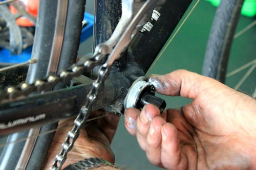 Tighten with your hands the bottom bracket