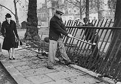 Removing railings in WW2 (Imperial War Museum)