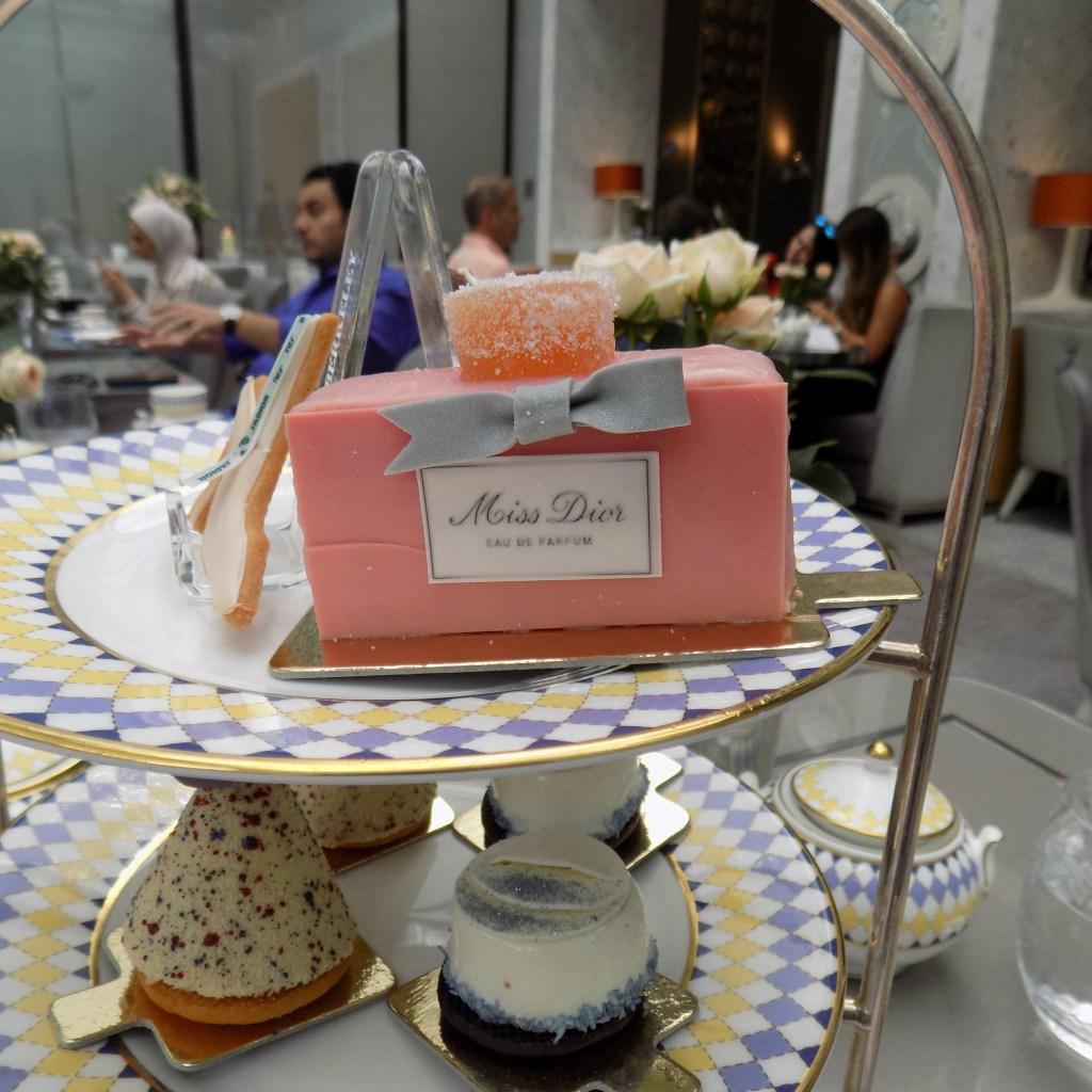 Prêt-à-Portea Miss Dior perfume cake