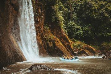 raft bij een waterval