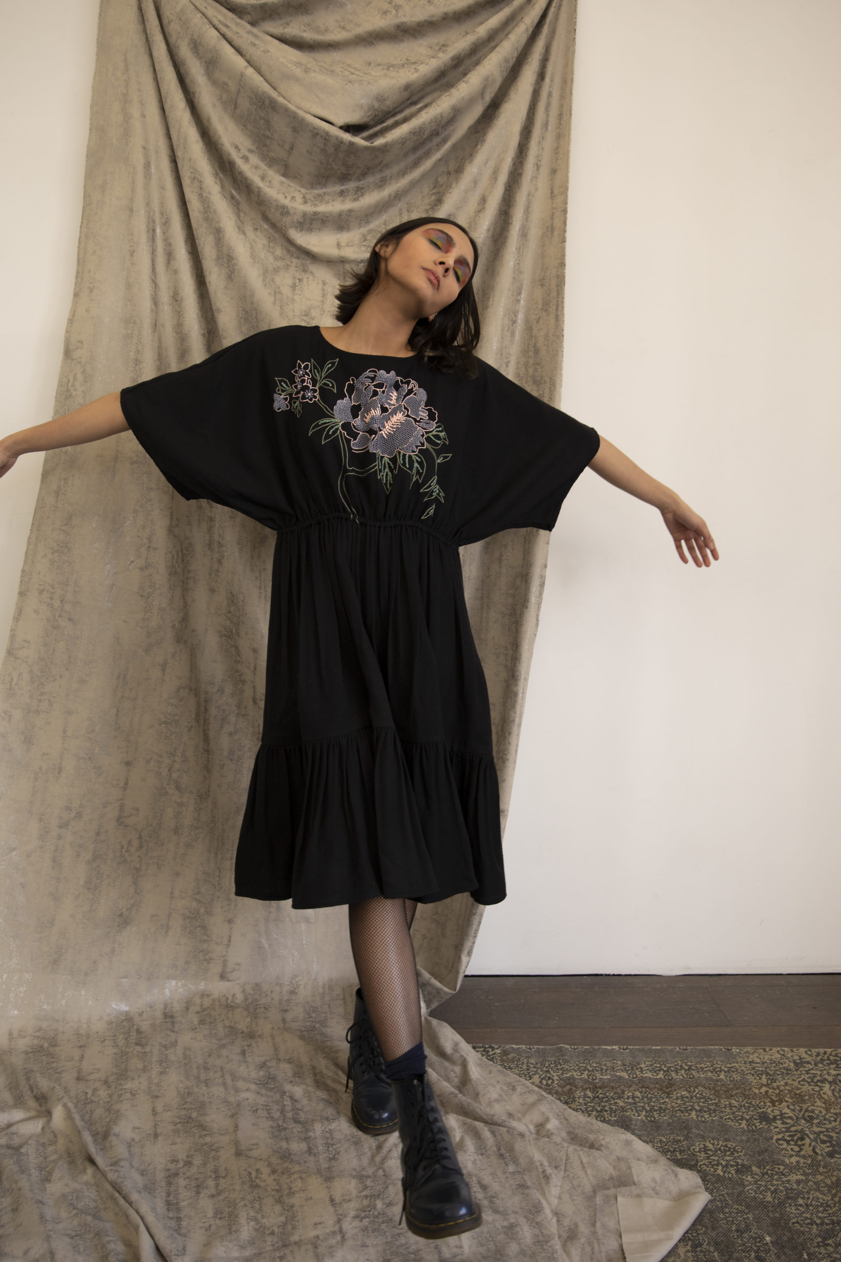Robe Lally noire broderie exclusive à la main en fibre de soja vegan