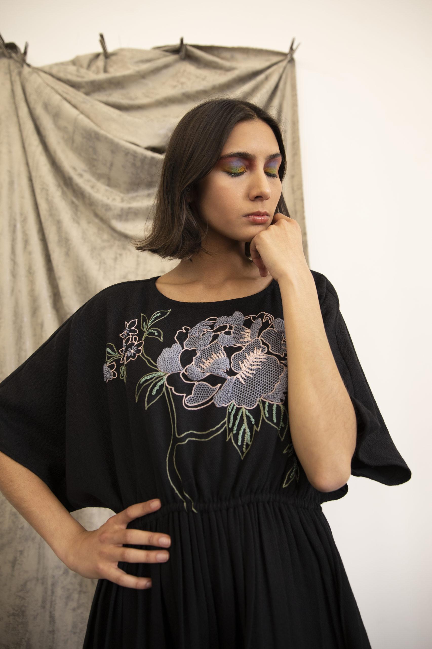 Robe Lally en fibre de soja détails noire vegan broderie exclusive à la main