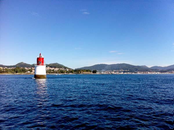 Ci lasciamo alle spalle la costa della Galizia e il vecchio faro di Vigo, quindi facciamo rotta verso le Cíes