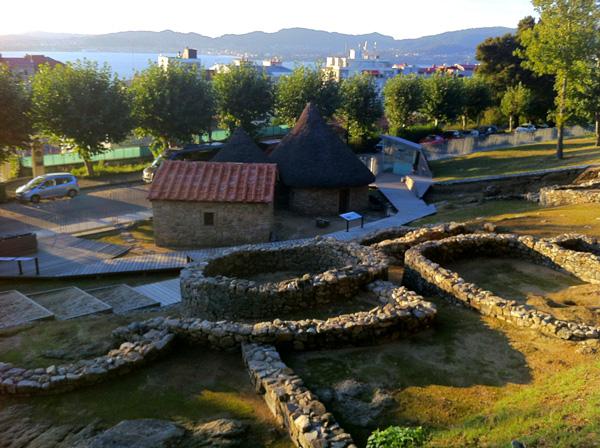 I resti dell'insediamento celtico e la ricostruzione di antiche abitazioni ai piedi del Parque do Castro