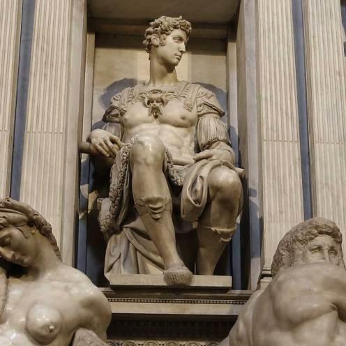 Michelangelo, Giuliano de' Medici duca di Nemours, particolare dal gruppo scultoreo della tomba di Giuliano de' Medici in San Lorenzo, Firenze. [Particolare da foto originale di Rufus46 / Wikimedia, licenza CC BY-SA 3.0 ]