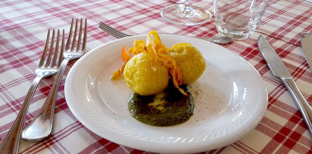 Sfere di ricotta in pastella di zafferano, su letto di crema al basilico