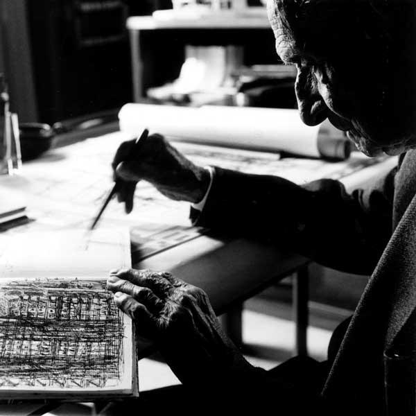 Giovanni Michelucci al lavoro nella sua casa-studio