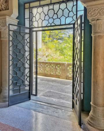Rocchetta Mattei, Camera dei Novanta, dettaglio della porta/finestra che si affaccia sul giardino
