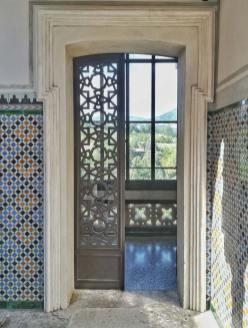 Rocchetta Mattei, dettaglio di una delle porte laterali del cortile moresco