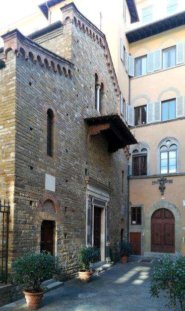 Facciata della chiesa dei Santi Apostoli, a Firenze