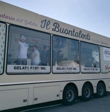 """Il food truck """"Buontalenti"""" che con i suoi 13 metri di lunghezza è il più grande laboratorio mobile artigianale per gelato."""
