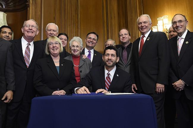 https://i2.wp.com/www.longisland.com/site_media/associated-press/images/obama-sign-education-law-rewrite-power-shift-states-121015.jpg