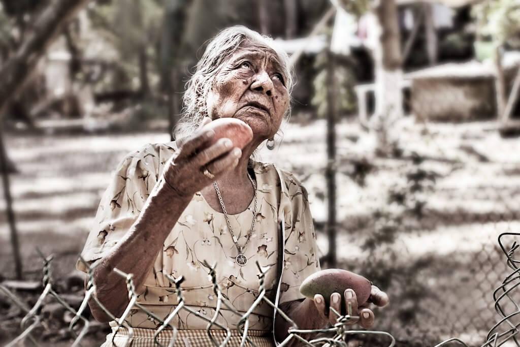 Una anziana signora che guarda il cielo
