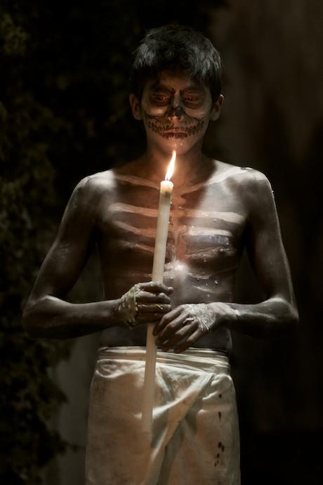 la foto ritratto di un ragazzo durante il giorno dei morti in messico