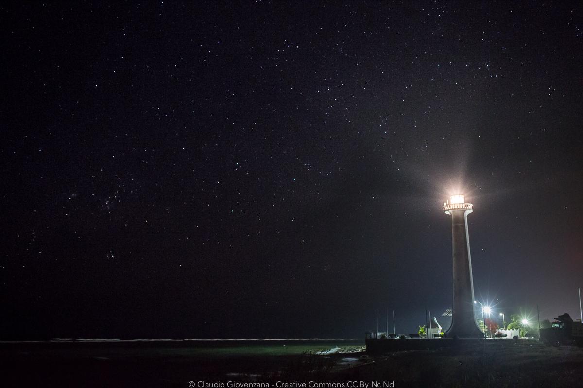 Un Faro sotto un cielo stellato a mahahual in Messico