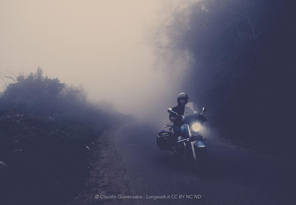 In motoguzzi dentro i banchi di nebbia che circondano Zunil in Guatemala