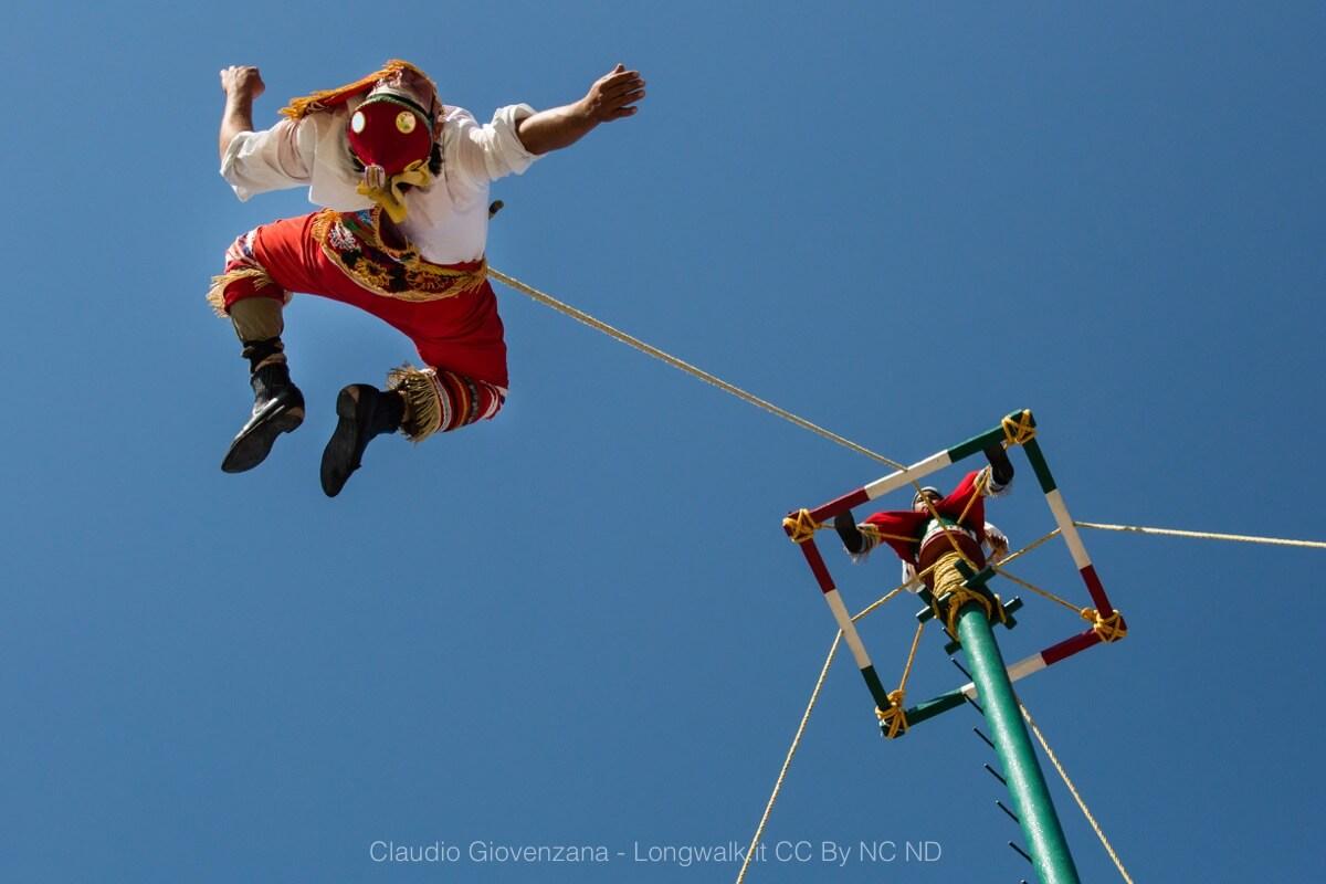 I volatori di papantla volteggiano nel cielo, un folclore bellissimo del Messico
