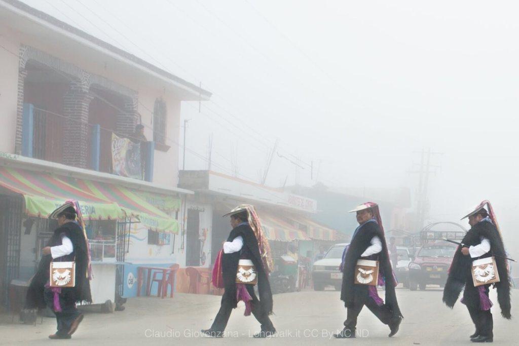 Sciamani che attraversano la strada di Zinacantan