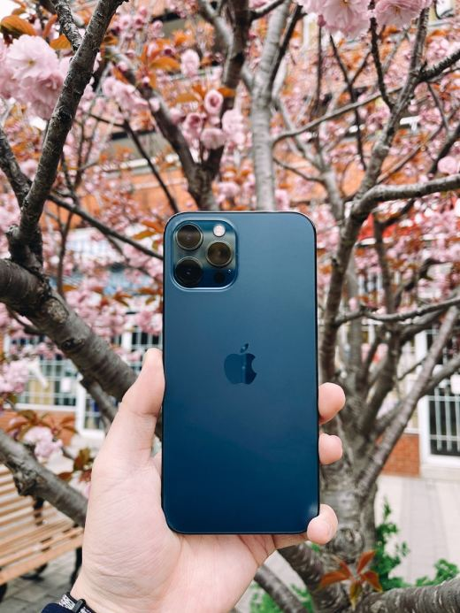blue iphone 5 c with blue case