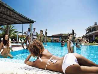 Milliardenerbin Tamara Ecclestone schwimmt im Luxus - TV News