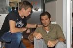 Vince (Vincent Krüger, li.) erfährt von dem trauernden Leon (Daniel Fehlow), dass Verena verunglückt ist.