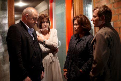 Wilsberg (Leonard Lansink, li.) muss Lea (Anja Kruse) mitteilen, dass ihr Sohn ermordet worden ist