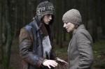 Kilian (Jonas Nay) beruhigt seine Mutter Valerie (Corinna Harfouch)