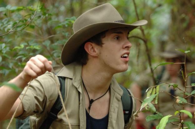 Tag 1 - Joey Heindle auf dem Weg vom Hubschrauber zum Camp.