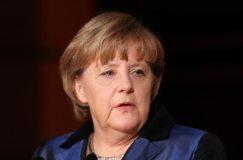 Merkel baut Kartoffeln und Erdbeeren im Garten an