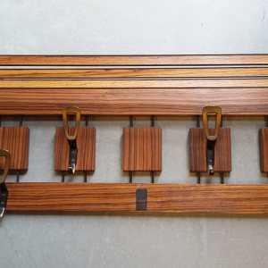 Typisch Dutch design kapstok uitgevoerd in zebrano hout.