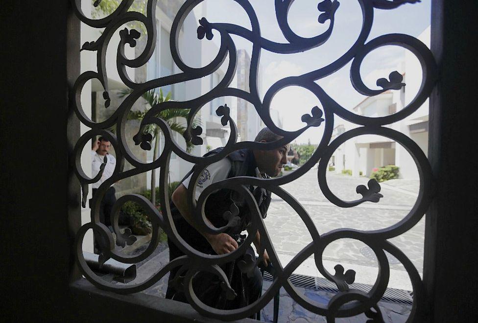 """Vecinos reportan que siempre había """"judiciales"""" frente a la casa de 'El Menchito'."""