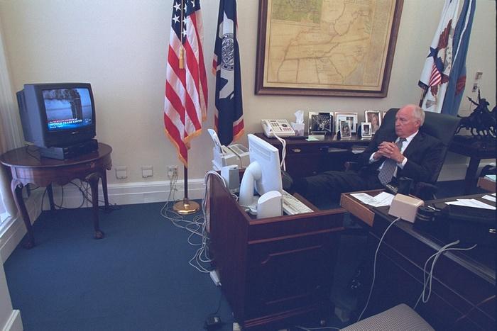 El vicepresidente, Dick Cheney, mira los ataques terroristas en la televisión. Foto de Archivos Nacionales de EE.UU.