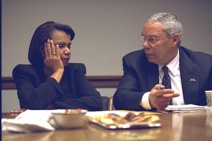 La consejera de seguridad nacional, Condoleezza Rice, habla con Powell. Foto de Archivos Nacionales de EE.UU.