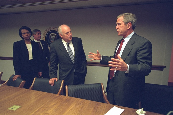 Cheney y el president George Bush Jr hablan en el PEOC. Foto de Archivos Nacionales de EE.UU.