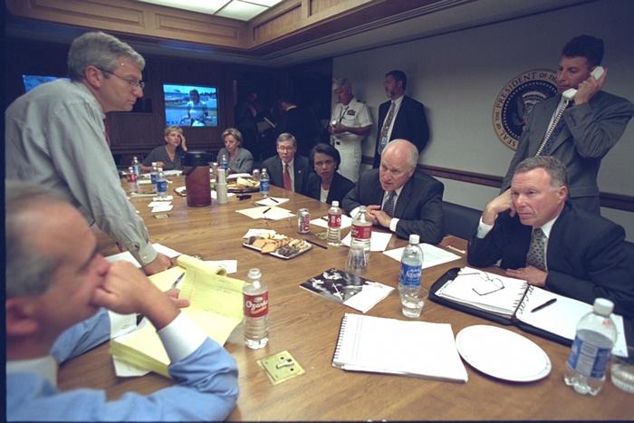 Reunión en la sala de conferencias. Foto de Archivos Nacionales de EE.UU.