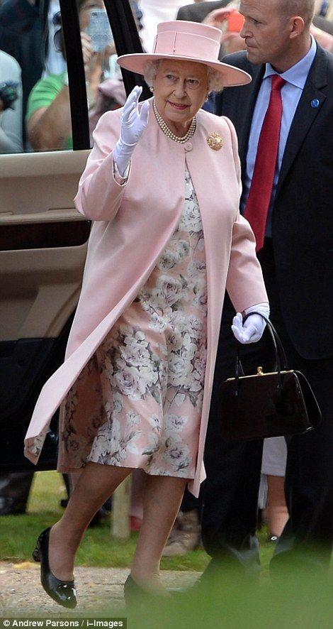 La reina no podía faltar al bautizo de su bisnieta. Foto de AP