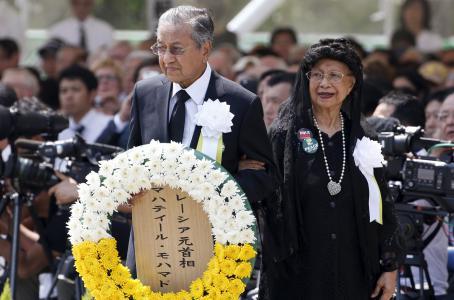 Shinzo Abe recordó a las víctimas de la bomba atómica en una ceremonia en el Parque de la Paz de Nagasaki. Foto de Reuters