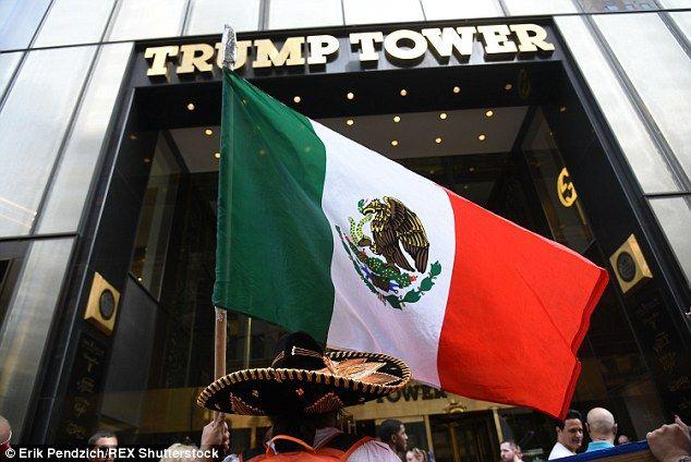Latinos protestaron afuera de la torre de Donald Trump. Foto de Shutterstock