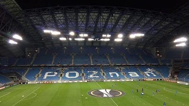 Las gradas del estadio del Lech Poznan lucían prácticamente vacías