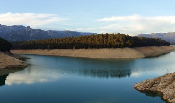 Foto denuncia: Contenedor en la presa del Pantano de la Bolera