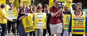 La hipocresía de Amnistía Internacional utilizando a personas que huyen por guerras de agresión que ellos y ellas ayudaron a desarrollar