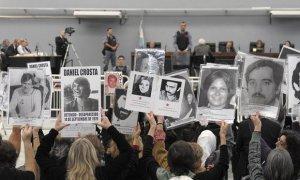 personas levantan retratos de sus familiares desaparecidos (2010). Fotografía de Juan Mabromata/AFP/Getty Images