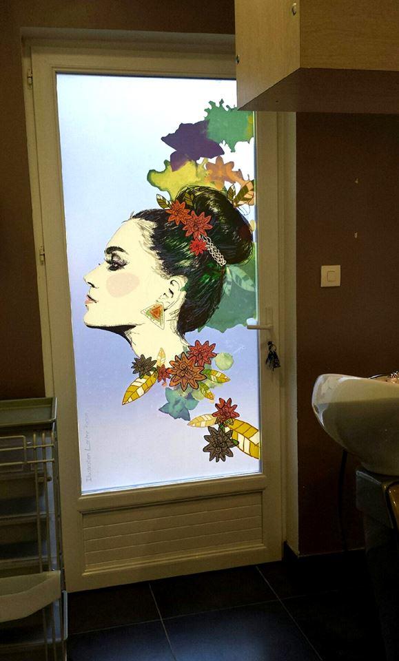 vitrophanie illustrée sur-mesure pour un salon de coiffure