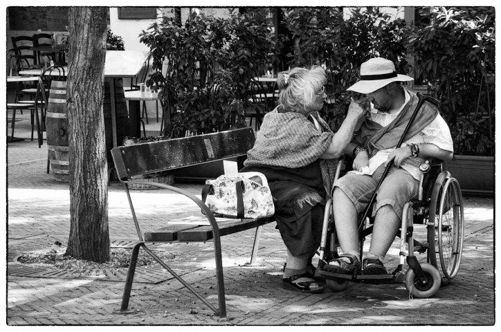 madre e ragazzo su sedia a rotelle