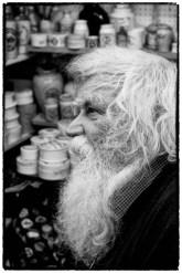 Uomo con barba bianca in bianco e nero