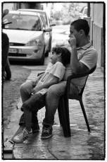 La strada piena di vita in un quartiere di Palermo