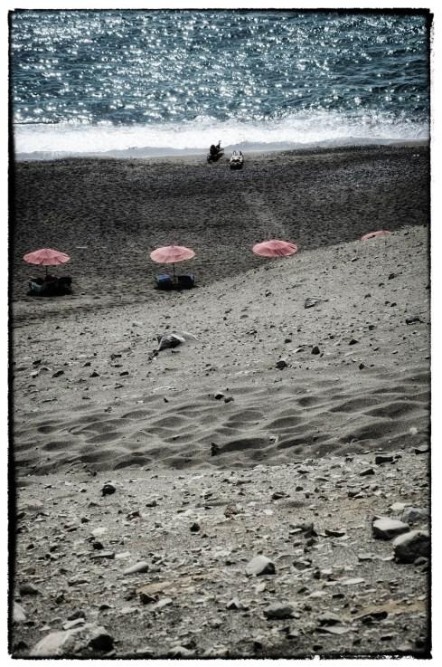Ombrelloni Rosa su una spiaggia Greca