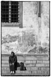 Persona a sedere sulle scale - streetphotography