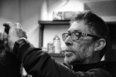 Paolo Pierotti nella sua officina di riparazione biciclette