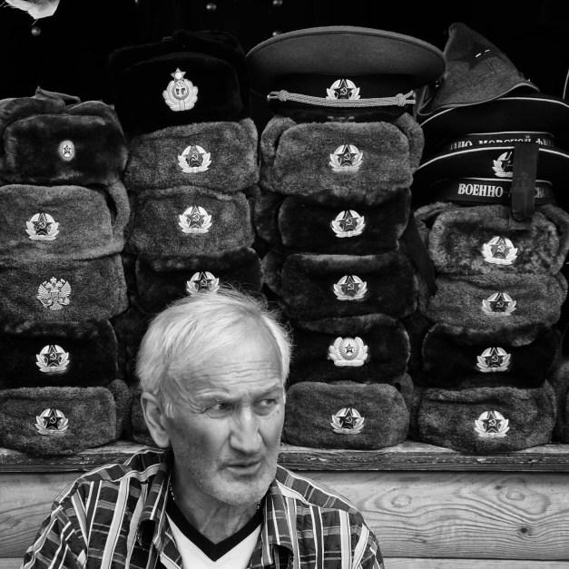 Venditore di colbacchi con simboli sovietici a Mosca